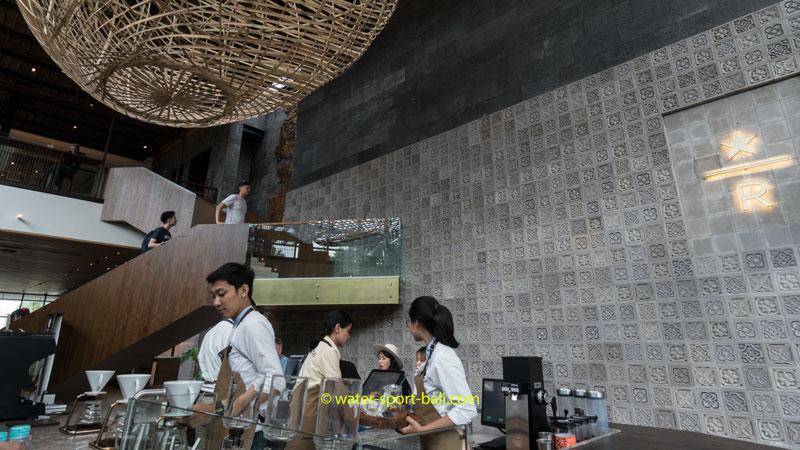 Barista Starbucks Reserve Bar